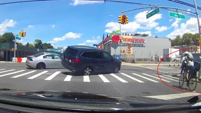 Imagen que muestra al ciclista vasco antes de ser arrollado por un monovolumen, en una calle de Nueva York.