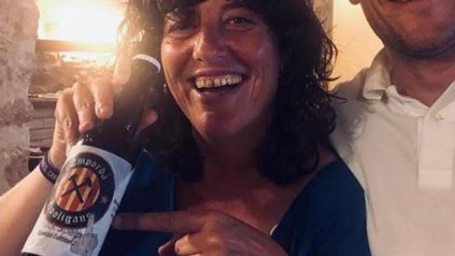 La consellera de Agricultura de la Generalitat de Cataluña, Teresa Jordà, posa con una cerveza con la etiqueta 'Fuck Spain'.