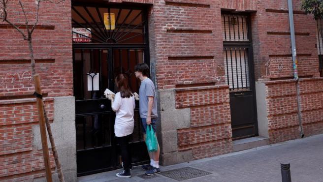 La fachada del portal donde fue encontrado el cadáver de la mujer en el barrio madrileño de Tetuán.