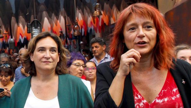 La alcaldesa de Barcelona, Ada Colau, visita junto a la concejal socialista Laia Bonet las fiestas del barrio de Gràcia.