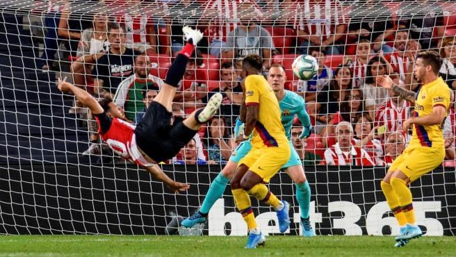 El delantero del Athletic Club de Bilbao Aritz Aduriz (i) remata para conseguir el único gol del partido ante el F.C.Barcelona.