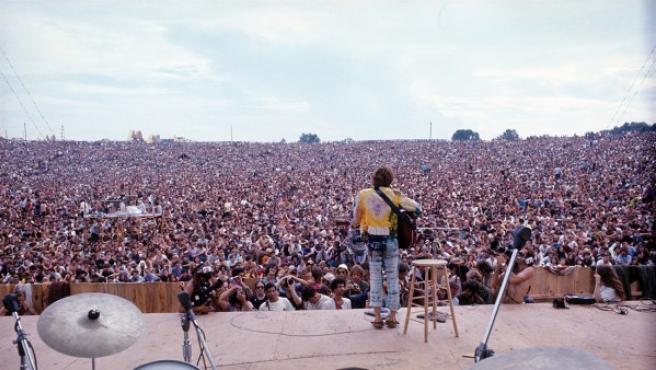 El cantautor John Sebastian tocando en el Festival de Woodstock de 1969