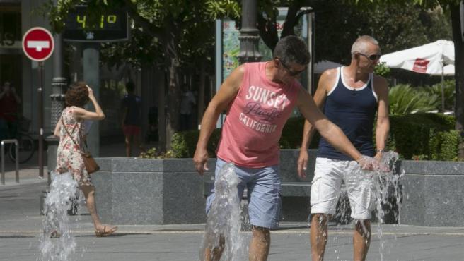 Imagen de archivo de personas refrescándose por el calor en Córdoba.