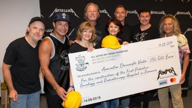 Momento de la donación de Metallica.