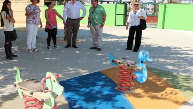 Nuevo suelo de caucho bajo los juegos infantiles del colegio 'Menéndez Pidal'