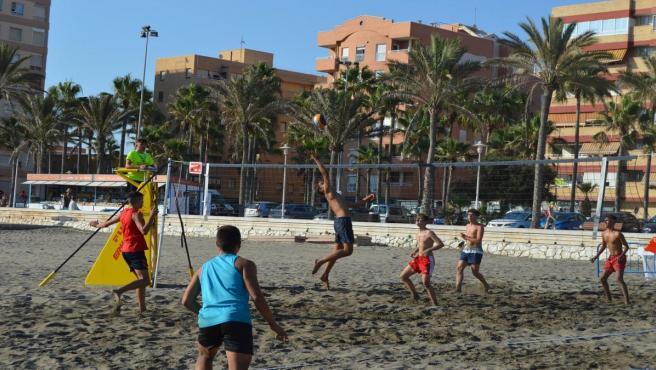 Imagen del torneo de voley playa en la playa de El Palmeral en Almería.
