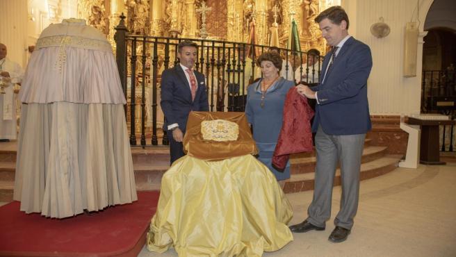 Bendición del pañito y del capote de la Virgen, que tuvo lugar la noche del viernes en el Santuario del Rocío.
