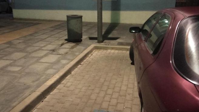 Imagen de una plaza de aparcamiento para persona con discapacidad física cuya supresión denuncia Podemos.