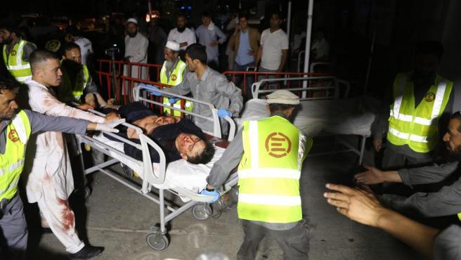 Un herido en un ataque suicida en una boda en Kabul es atendido por servicios sanitarios.