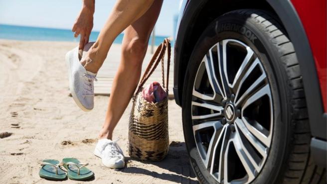 Si se conduce con chancletas se pierde sensibilidad con los pedales.