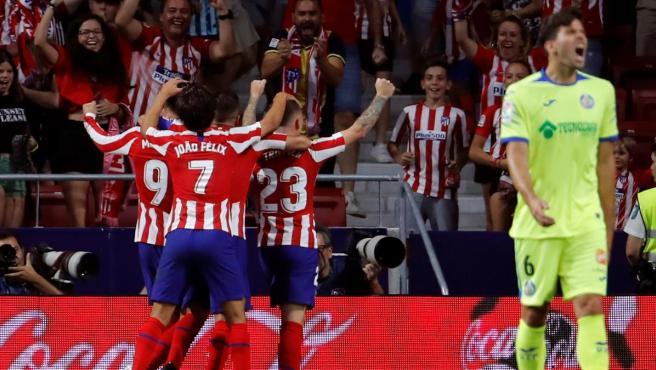 Los jugadores del Atlético celebran el tanto de Morata.