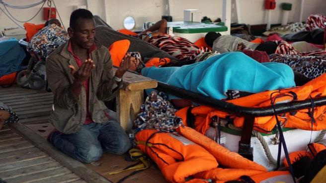 Un migrante reza a bordo del Open Arms, fondeado frente a la costa de Lampedusa.