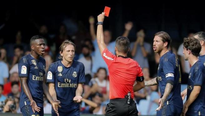 Modric, expulsado por la entrada por detrás a Denis Suárez