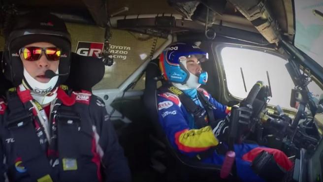 Fernando Alonso prueba el coche de Toyota ganador del último Dakar.