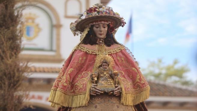 La Virgen del Rocío, en Almonte, ataviada de pastora.