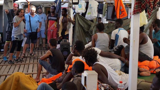 El barco Open Arms recibe al alcalde de Lampedusa.