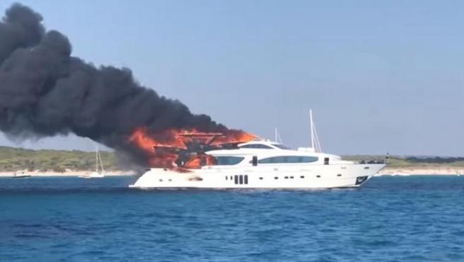 Yate en llamas en Mallorca.