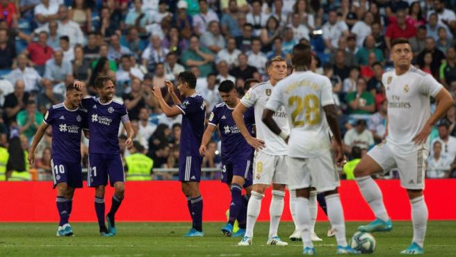 Los jugadores del Real Valladolid celebran el gol del empate ante el Real Madrid.