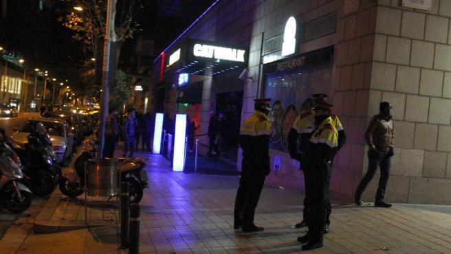 Varios agentes de los Mossos d'Esquadra, durante un operativo de seguridad en el Port Olímpic de Barcelona.