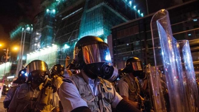 Policías antidisturbios contienen las protestas en Hong Kong.