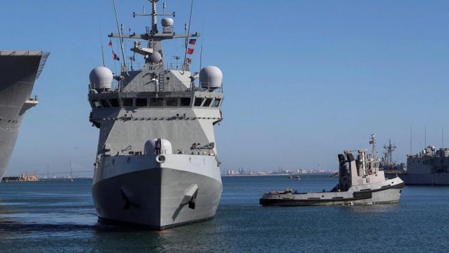 El buque de la Armada española Audaz, zarpando desde Rota.