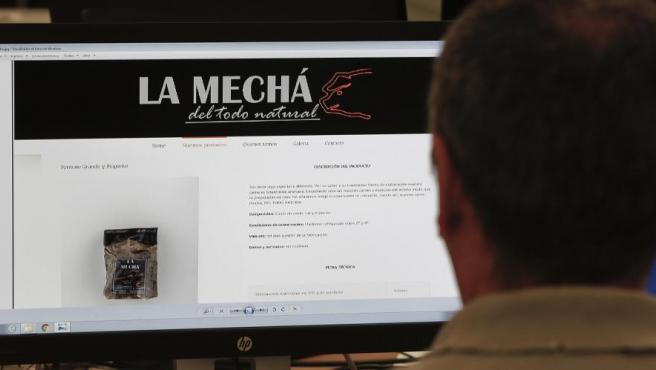 """Un usuario navega por la página web de la """"La Mechá"""", causante de un brote de listeriosis, y que sigue ofreciendo en su versión online los productos retirados."""