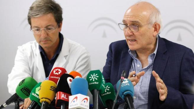 El subdirector de Protección de la Salud de la Junta de Andalucía, Jesús Peinado (d), y el portavoz de la Junta para este brote de listerioris, el doctor José Miguel Cisneros.