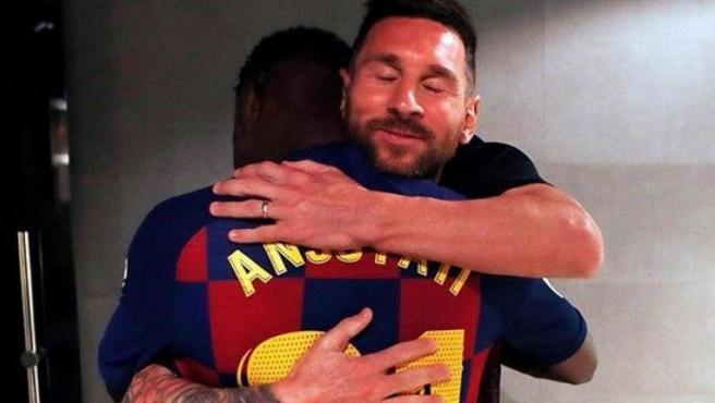 Messi abraza a Ansu Fati tras su debut