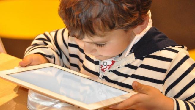 Un niño utilizando una tablet.