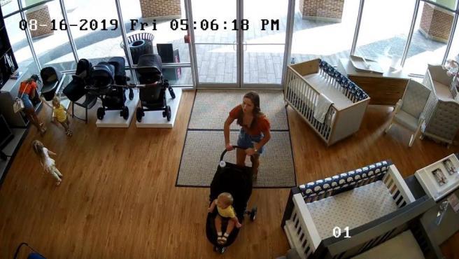 Esta mujer de Middletown (Nueva Jersey) dejó lo más importante que llevaba cuando robó un carrito de bebé: olvidó a su hijo en la tienda.