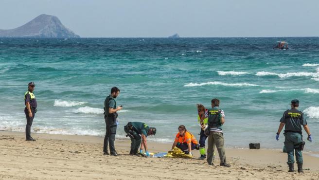 Efectivos del 112 de Murcia y agentes de la Guardia Civil buscan restos del C-101 del Ejército del Aire estrellado en aguas de La Manga del mar Menor.