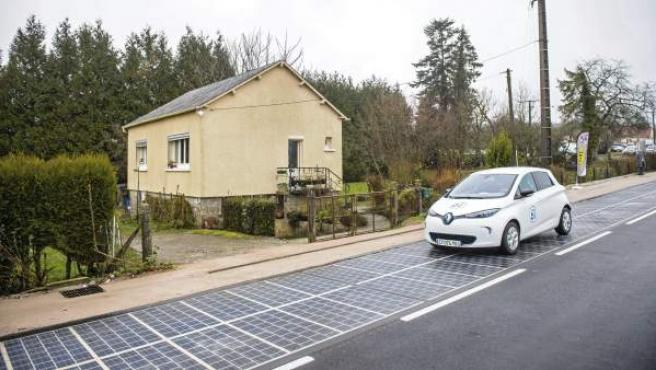 Vista general de una carretera equipada con paneles solares durante su inauguración, por el ministerio francés de Ecología, en Tourouvre au Perche, Francia.