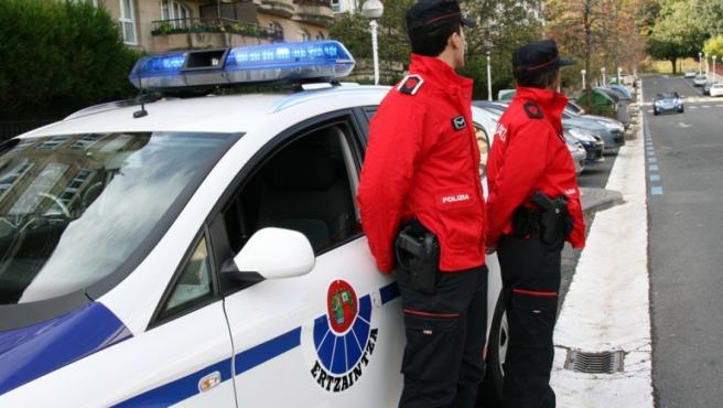 Foto de archivo de dos agentes de la Ertzaintza de tráfico.