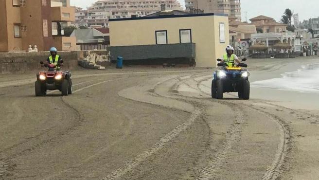 Personal de Protección Civil recorren las playas de Galúa y Monte Blanco en busca de nuevos restos del accidente aéreo.