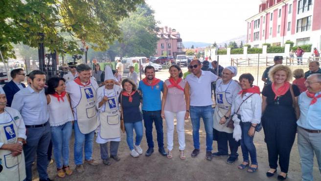 El secretario general del PSOE de Castilla y León, Luís Tudanca, en el centro de la imágen, acompañado por la ministra de Industria, Reyes Maroto, en la tradicional 'judiada' de La Granja.