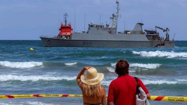 Vista del dragaminas Turia encallado en la costa La Manga del Mar Menor durante las tareas de búsqueda del reactor C-101 accidentado este martes.
