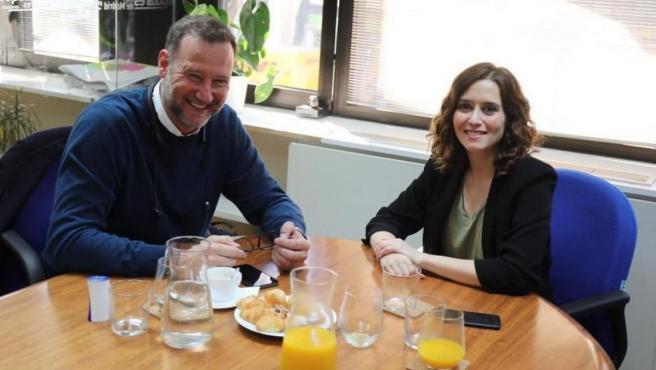 Foto de febrero de 2019 de la entonces candidata del PP a la presidencia de la Comunidad de Madrid, Isabel Díaz Ayuso, y el exwaterpolista y expresentador, Pedro García Aguado.