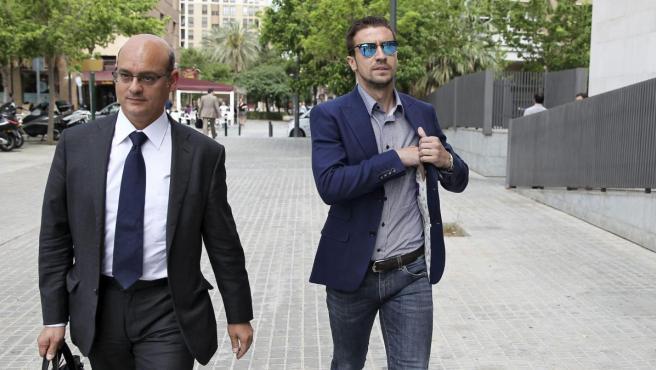 El exjugador del Atlético de Madrid, Gabi Fernández (d), a su llegada a la Ciudad de la Justicia de Valencia donde declaró en la instrucción por el partido juzgado Levante-Zaragoza.
