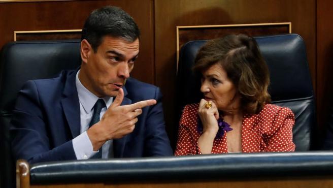 El candidato socialista, Pedro Sánchez, y la vicepresidenta del Gobierno, Carmen Calvo, asisten a la segunda y definitiva votación de su investidura.