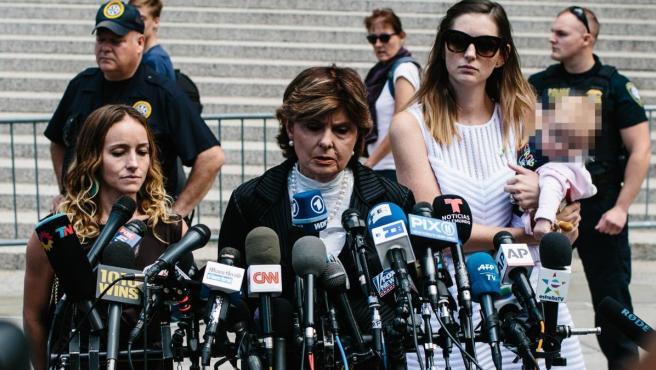 Teala Davies (izda), una de las presuntas víctimas del fallecido Jeffrey Epstein, la abogada Gloria Allred (centro), y otra presunta víctima no identificada y su bebé (dcha), hablan con la prensa frente al Tribunal Federal de los Estados Unidos en Nueva York.