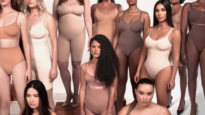 Kim Kardashian posa junto a otras modelos con las fajas de su marca.