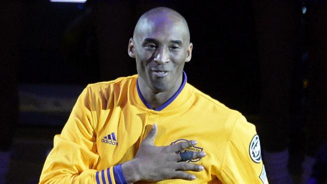 Kobe Bryant saluda a sus aficionados antes de un partido entre Los Angeles Lakers y Utah Jazz.