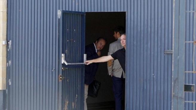 El gerente de Magrudis, la empresa que fabricaba la carne del brote de listeriosis, José Marín, cierra la puerta de su empresa.