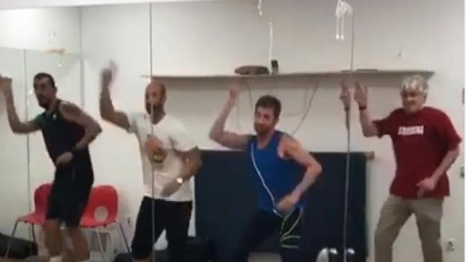 Pablo Motos, Jorge Ventosa, Marron y Jose Señarís Romay ensayando el baile de 'El hormiguero'.