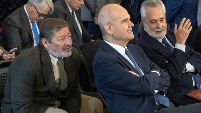 Los expresidentes de la Junta Manuel Chaves (c) y José Antonio Griñán (d), y el exdirector general de Trabajo Francisco Javier Guerrero (i), en el juicio.