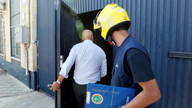 Un empleado de correos tras entregar varias cartas al gerente de la empresa Magrudis.
