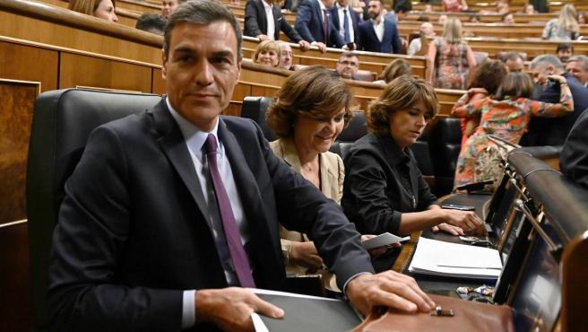 Pedro Sánchez, Carmen Calvo y Dolores Delgado, en el Congreso de los Diputados.
