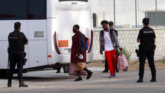 Llegada a Cádiz de los 15 migrantes que llegaron a bordo del buque Audaz.
