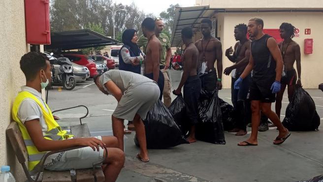 Varios inmigrantes subsaharianos, en el Centro de Estancia Temporal de Inmigrantes (CETI) de Ceuta.