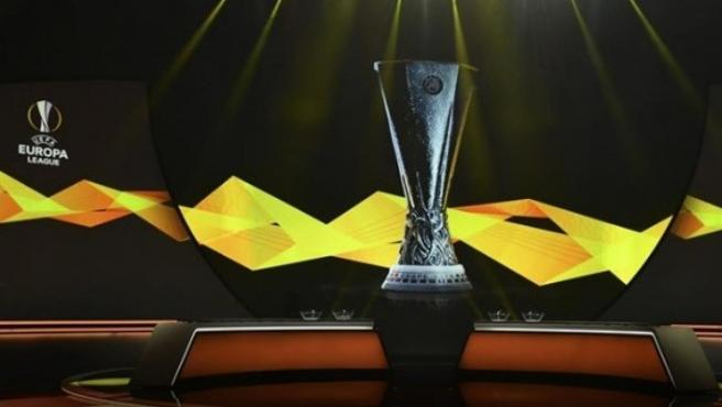 El trofeo preside el sorteo de la Europa League